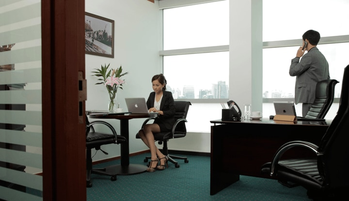 1-silom-road-office-with-ppl-720x416.png